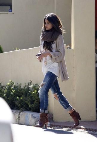 Look de Selena Gomez: Cárdigan Abierto de Punto en Beige, Camiseta con Cuello Circular Estampada Blanca, Vaqueros Boyfriend Desgastados Azules, Botines de Cuero en Marrón Oscuro