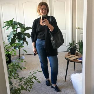 Cómo combinar: cárdigan abierto negro, camiseta con cuello circular negra, vaqueros azules, mocasín de cuero negros