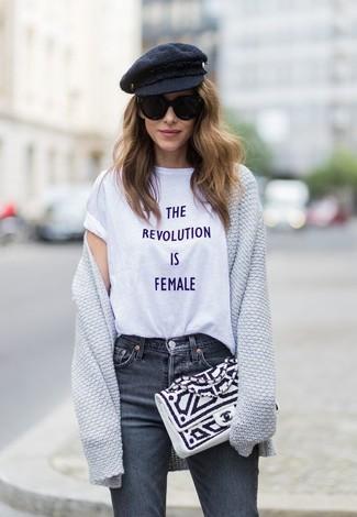 Cómo combinar: cárdigan abierto gris, camiseta con cuello circular estampada blanca, vaqueros en gris oscuro, cartera sobre de cuero en blanco y negro