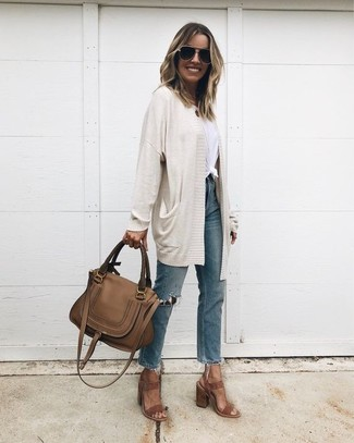 Cómo combinar: cárdigan abierto en beige, camiseta con cuello circular blanca, vaqueros desgastados azules, sandalias de tacón de ante marrónes