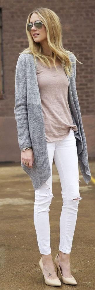 Cómo combinar una pulsera dorada: Intenta combinar un cárdigan abierto de punto gris junto a una pulsera dorada transmitirán una vibra libre y relajada. Zapatos de tacón de cuero en beige son una opción grandiosa para complementar tu atuendo.