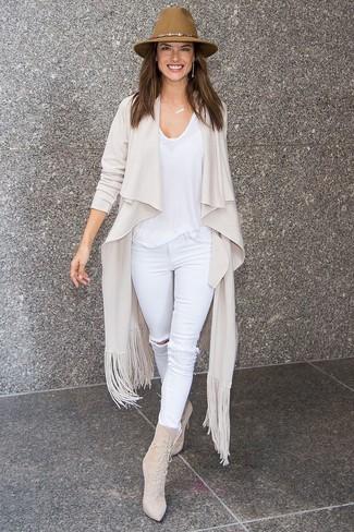 Cómo combinar: cárdigan abierto en beige, camiseta con cuello circular blanca, vaqueros pitillo desgastados blancos, botines con cordones de ante en beige
