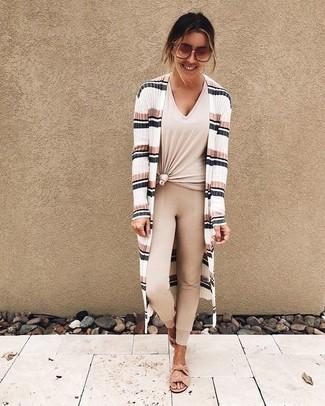 Cómo combinar: cárdigan abierto de rayas horizontales blanco, camiseta con cuello en v en beige, leggings en beige, sandalias planas de ante rosadas