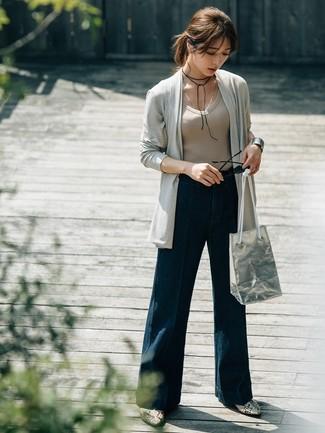 Cómo combinar: cárdigan abierto gris, camiseta con cuello en v en beige, pantalones anchos vaqueros azul marino, botines de cuero con print de serpiente grises