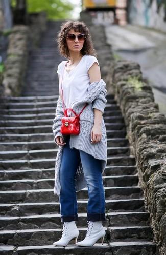 Cómo combinar: cárdigan abierto de punto gris, camiseta con cuello en v blanca, vaqueros azules, botines con cordones de cuero blancos