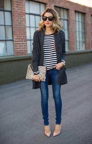 Cómo combinar: cárdigan abierto de punto en gris oscuro, camiseta de manga larga de rayas horizontales en blanco y negro, vaqueros pitillo azules, zapatos de tacón de cuero en beige