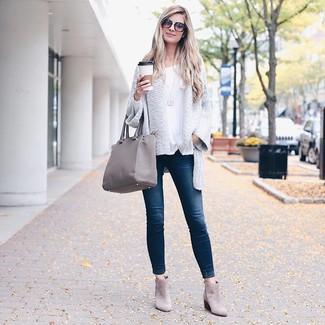Cómo combinar: cárdigan abierto de punto blanco, camiseta de manga larga blanca, vaqueros pitillo azul marino, botines de ante grises