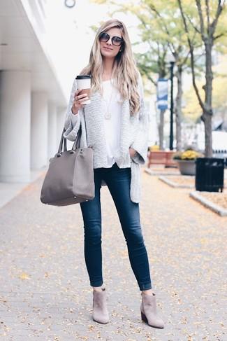 Cómo combinar: cárdigan abierto gris, camiseta de manga larga blanca, vaqueros pitillo azul marino, botines chelsea de ante grises