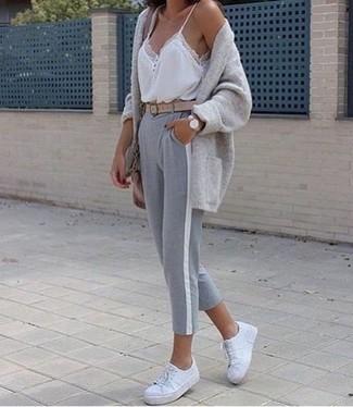 Cómo combinar: cárdigan abierto gris, camiseta sin manga de encaje blanca, pantalón de chándal gris, tenis de cuero blancos
