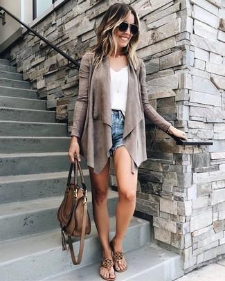 Cómo combinar: cárdigan abierto gris, camiseta sin manga de encaje blanca, pantalones cortos vaqueros azules, sandalias de dedo de cuero marrónes