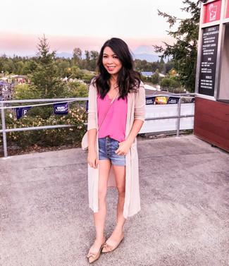 Cómo combinar un bolso bandolera rosado: Para un atuendo tan cómodo como tu sillón elige un cárdigan abierto rosado y un bolso bandolera rosado. Elige un par de bailarinas de cuero marrón claro para mostrar tu lado fashionista.