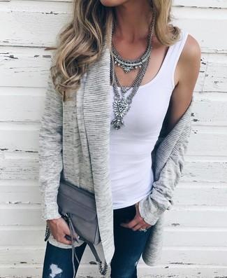 Cómo combinar: cárdigan abierto gris, camiseta sin manga blanca, vaqueros pitillo desgastados azul marino, bolso bandolera de cuero gris