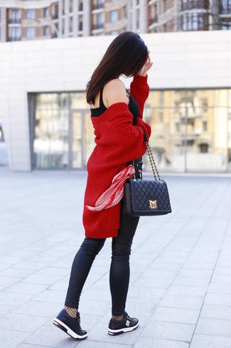 Cómo combinar: cárdigan abierto de punto rojo, corsé negro, vaqueros pitillo de cuero negros, tenis de cuero negros