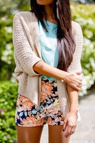 Cómo combinar: cárdigan abierto de punto en beige, blusa de manga corta en turquesa, pantalones cortos con print de flores azul marino, pendientes en beige