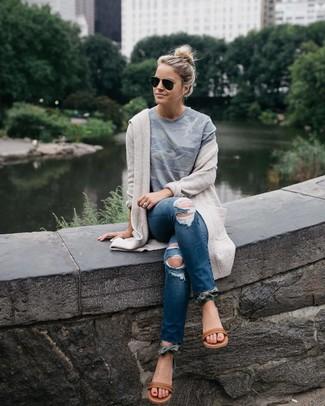 Cómo combinar: cárdigan abierto en beige, camiseta con cuello circular de camuflaje gris, vaqueros pitillo desgastados azul marino, sandalias planas de cuero marrónes