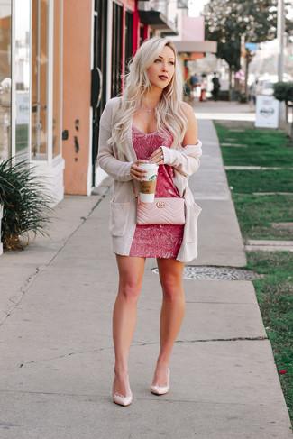 Cómo combinar un bolso bandolera rosado: Un cárdigan abierto de punto en beige y un bolso bandolera rosado son una opción grandiosa para el fin de semana. Zapatos de tacón de cuero rosados son una opción estupenda para completar este atuendo.