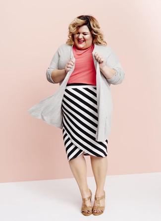 Cómo combinar: cárdigan abierto gris, blusa de manga corta rosa, falda lápiz de rayas horizontales en blanco y negro, sandalias de tacón de cuero marrón claro