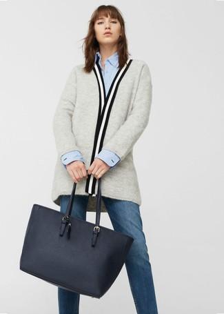 Cómo combinar: cárdigan abierto gris, camisa de vestir celeste, vaqueros azul marino, bolsa tote de cuero azul marino