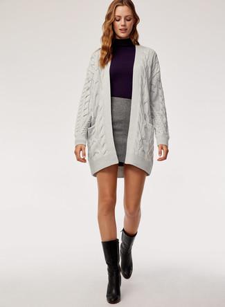 Cómo combinar un cárdigan abierto de punto gris: Emparejar un cárdigan abierto de punto gris junto a una minifalda gris es una opción perfecta para el fin de semana. Con el calzado, sé más clásico y opta por un par de botas a media pierna de cuero negras.