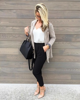 Cómo combinar: cárdigan abierto de punto gris, pantalón de pinzas negro, zapatos de tacón de cuero en beige, bolsa tote de cuero negra