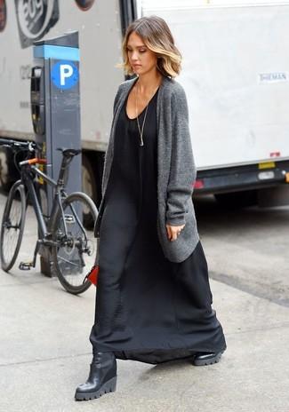 Cómo combinar: cárdigan abierto gris, vestido largo de seda negro, botines con cuña de cuero negros