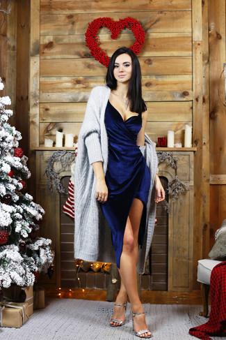 Considera ponerse un cárdigan abierto grueso gris y un vestido tubo de terciopelo azul marino para una vestimenta cómoda que queda muy bien junta. Dale onda a tu ropa con sandalias de tacón de cuero plateadas.