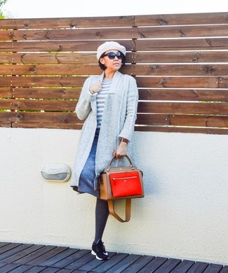Considera emparejar un cárdigan abierto gris con una falda línea a azul para una apariencia fácil de vestir para todos los días. Deportivas negras darán un toque desenfadado al conjunto.