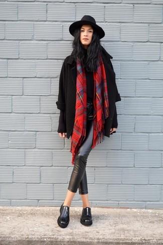 Cómo combinar: cárdigan abierto de punto negro, jersey de cuello alto negro, pantalones pitillo de cuero negros, mocasín de cuero negros
