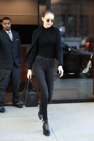 Cómo combinar: cárdigan abierto negro, jersey de cuello alto negro, vaqueros pitillo en gris oscuro, botines de cuero negros