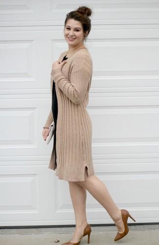 Cómo combinar: cárdigan abierto marrón claro, vestido ajustado negro, zapatos de tacón de cuero marrónes, cartera sobre de cuero blanca