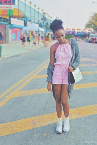 Cómo combinar: cárdigan abierto de punto gris, mono corto rosado, zapatillas altas de lona blancas, bolso bandolera de cuero plateado