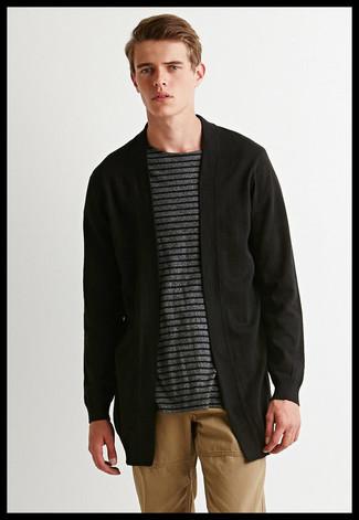 Cómo combinar: cárdigan abierto negro, camiseta con cuello circular de rayas horizontales en gris oscuro, pantalón chino marrón claro