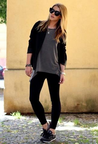 Cómo combinar: cárdigan abierto negro, camiseta con cuello circular gris, leggings negros, deportivas negras