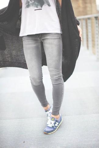 Cómo combinar: cárdigan abierto de punto negro, camiseta sin manga estampada en blanco y negro, vaqueros pitillo grises, deportivas azules