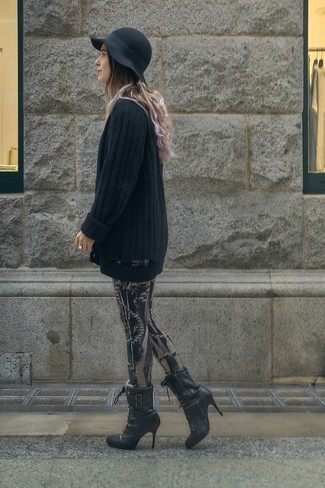 Cómo combinar: cárdigan abierto de punto negro, leggings estampados negros, botines con cordones de cuero negros, sombrero de lana negro