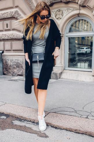 Cómo combinar: cárdigan abierto negro, vestido ajustado gris, tenis blancos, bolso bandolera de cuero negro