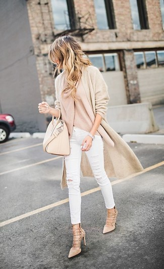 Cómo combinar: cárdigan abierto en beige, suéter con cuello chal en beige, vaqueros pitillo desgastados blancos, sandalias romanas de ante en beige
