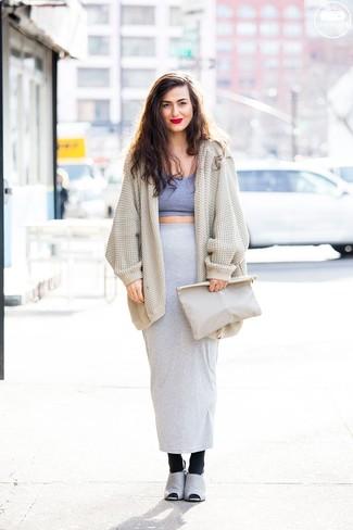 Cómo combinar: cárdigan abierto de punto en beige, top corto gris, falda larga gris, chinelas de ante grises
