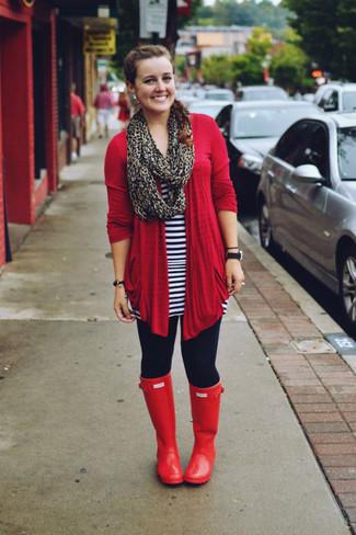 Cómo combinar unos leggings azul marino: Casa un cárdigan abierto rojo junto a unos leggings azul marino para un look agradable de fin de semana. Para el calzado ve por el camino informal con botas de lluvia rojas.