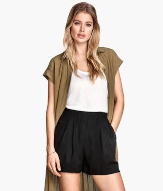 Cómo combinar: cárdigan abierto verde oliva, camiseta sin manga blanca, pantalones cortos negros