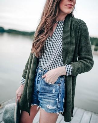 Look de moda: Cárdigan abierto de punto verde oscuro, Blusa de manga larga de cuadro vichy verde oscuro, Pantalones cortos vaqueros desgastados azules, Sombrero de lana gris