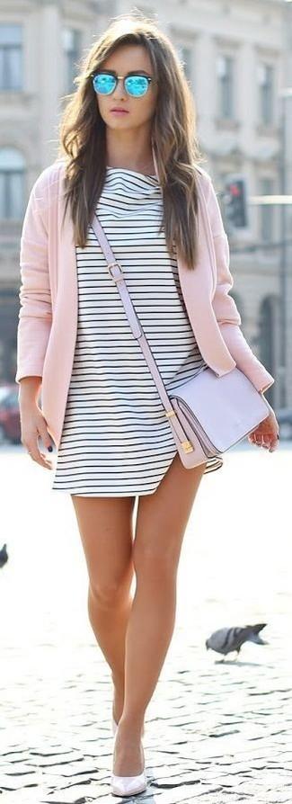 Cómo combinar: cárdigan abierto rosado, vestido amplio de rayas horizontales en blanco y negro, zapatos de tacón de cuero en beige, bolso bandolera de cuero violeta claro