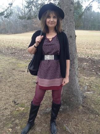 Cómo combinar: cárdigan abierto negro, vestido recto estampado burdeos, botas de caña alta de cuero negras, mochila con cordón de cuero negra