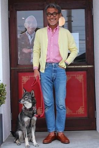 Cómo combinar: cárdigan amarillo, camisa de manga larga de cuadro vichy rosada, vaqueros azules, mocasín de cuero en tabaco