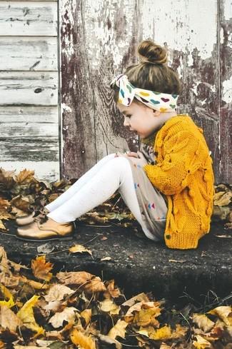Cómo combinar: cárdigan amarillo, vestido en beige, zapatos oxford dorados, medias blancas