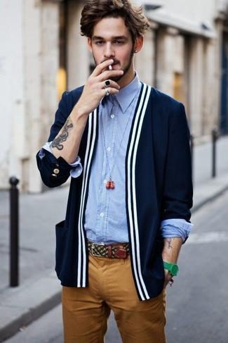 Cómo combinar: cárdigan azul marino, camisa de manga larga de cuadro vichy celeste, pantalón chino en tabaco, reloj verde