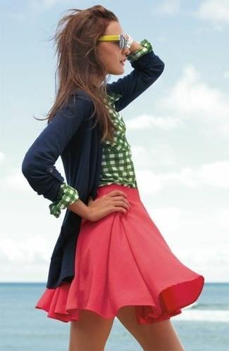 Cómo combinar: cárdigan azul marino, camisa de vestir de cuadro vichy en blanco y verde, falda skater roja, gafas de sol amarillas