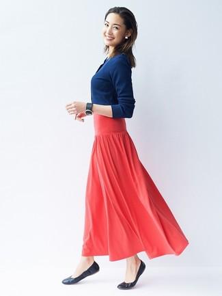 Cómo combinar: cárdigan azul marino, falda larga plisada roja, bailarinas de cuero negras, pulsera de cuero negra