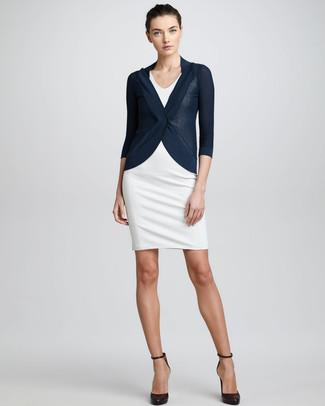 Look de moda: Cárdigan azul marino, Vestido tubo blanco, Zapatos de tacón de cuero en marrón oscuro