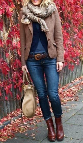 Considera ponerse una camiseta y unos vaqueros pitillo azul marino para una apariencia fácil de vestir para todos los días. Complementa tu atuendo con botines de cuero marrón oscuro.